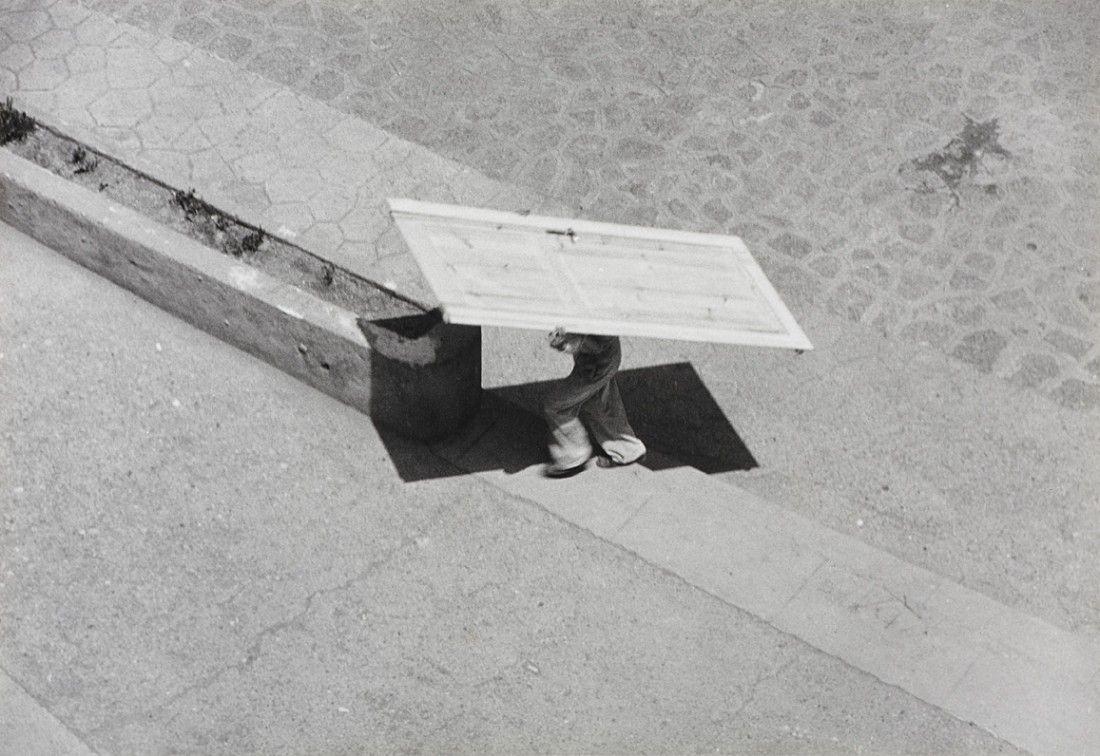 Ernst Haas, Man carrying a door
