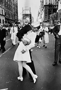 Alfred Eisenstaedt (1898–1995) 'v-J Day Kiss'
