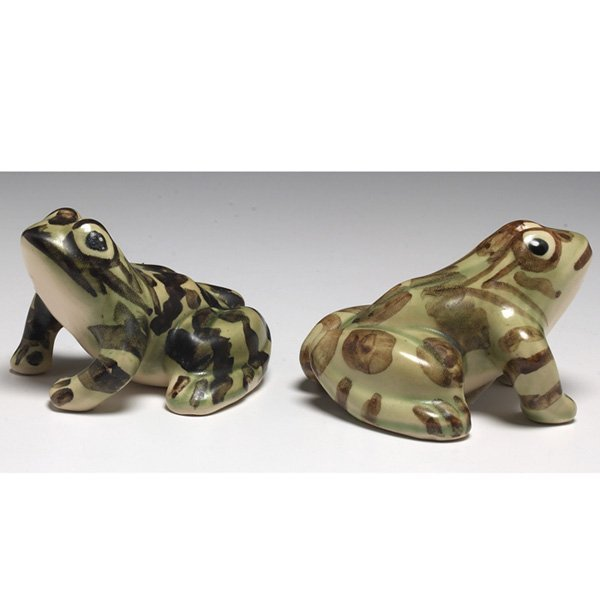613: Art Pottery figurines, frogs, pair