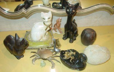 18: COLLECTION OF ANIMAL FIGURES IN PORCELAIN & METAL