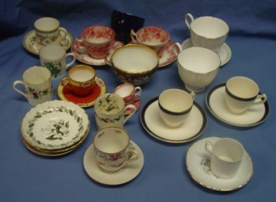40: BOX LOT OF CUPS & SAUCERS