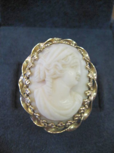 573: 14KT GOLD CORAL CAMEO RING