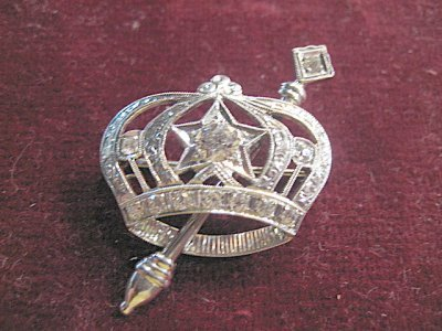 1057A: White gold & diamond crown shaped pin