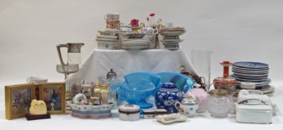 1070A: Collection of porcelain pieces