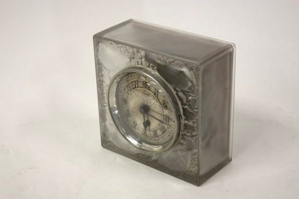 286: R. Lalique frosted glass mantle clock