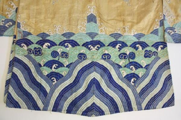 23: Old Chinese embroidered silk robe - 5