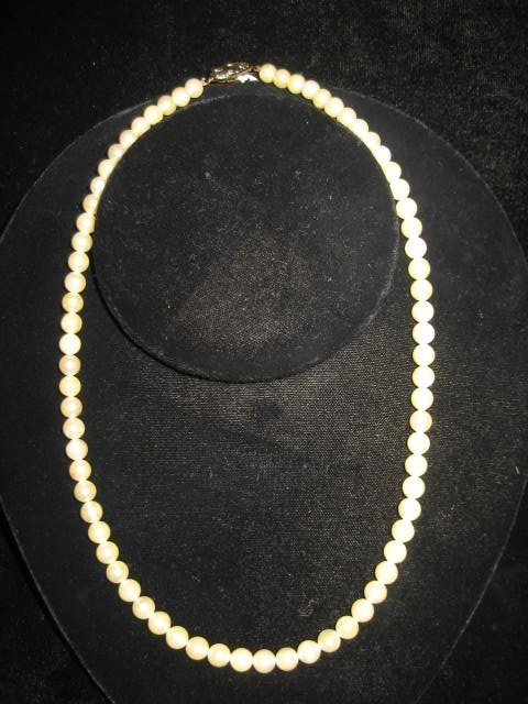 528: Single strand pearl necklace