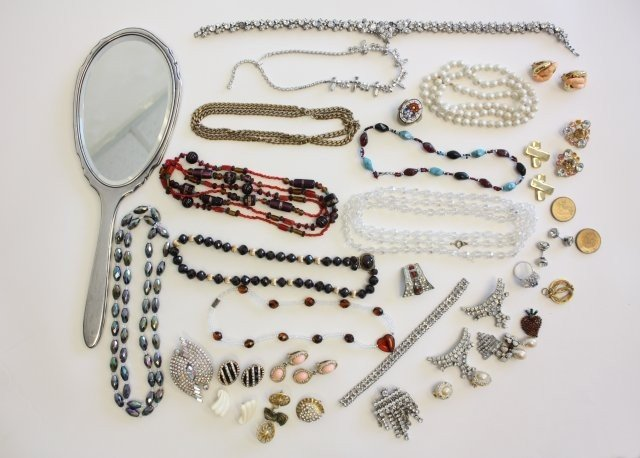 1510A: Group lot assorted costume jewelry