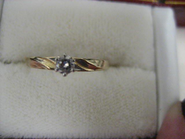 501: 14 kt gold & diamond ring