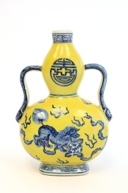 1624: Qing Dynasty yellow vase with handles