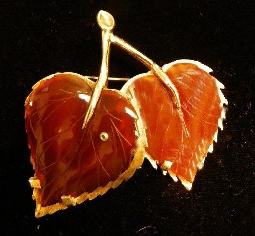 600: 14kt gold & amber leaf brooch