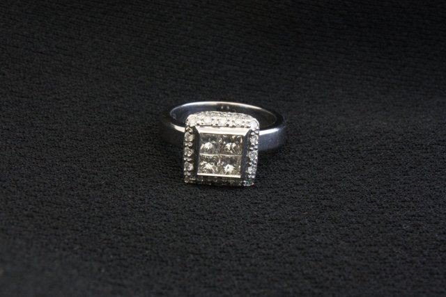 1009: White gold with invisible set of diamond ring