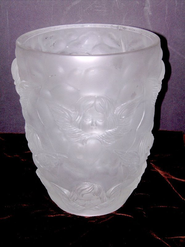 530: LALIQUE STYLE VASE W/WINGED CUPIDS