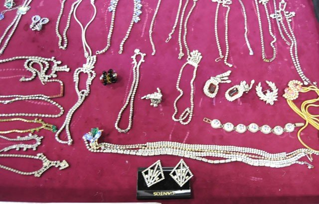 1003: Group lot of costume jewelry