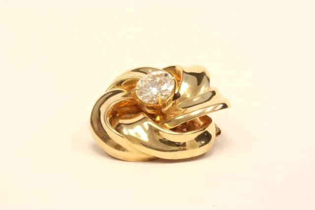 1004: Yellow gold pin with 3.01 carat diamond