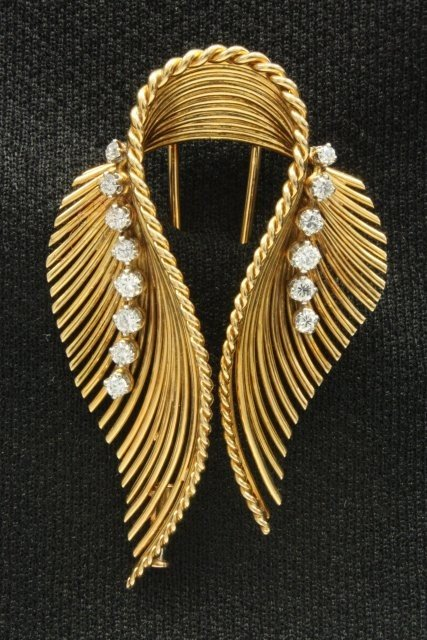 1005: 18kt yellow gold clip with twin feathers