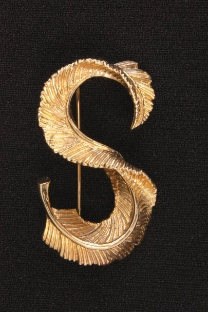 """1011: 14kt gold Marchal """"S"""" pin"""