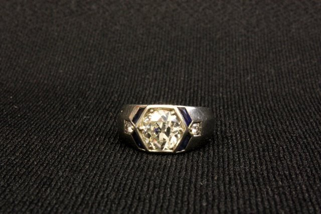 1014: Men's 18kt white gold ring with sapphires
