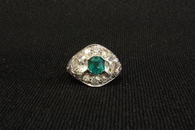 1019: Platinum ring with diamonds & emerald