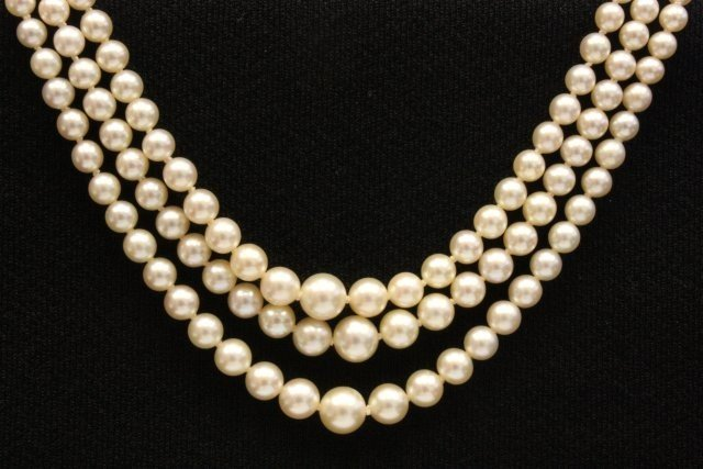 1025: Triple strand pearl necklace