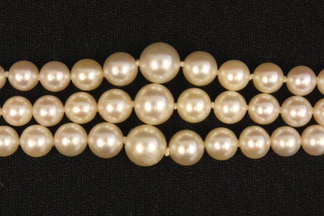1025: Triple strand pearl necklace - 2