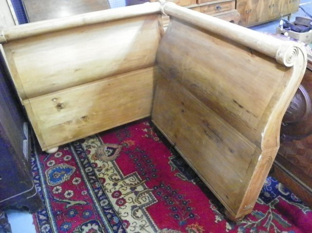 1125: Heavy pine sleigh bed