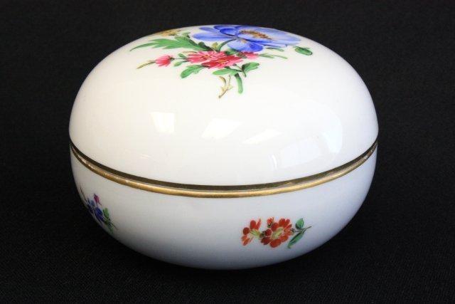 37: Round covered porcelain Meissen box