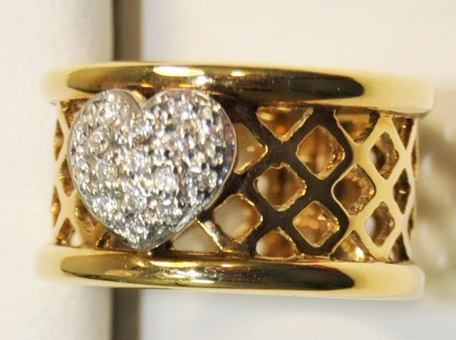 1004: 14kt yellow gold heart shaped encrusted band
