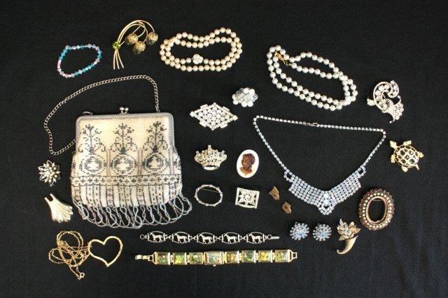 1005: Lot of costume jewelry & beaded ladies bag