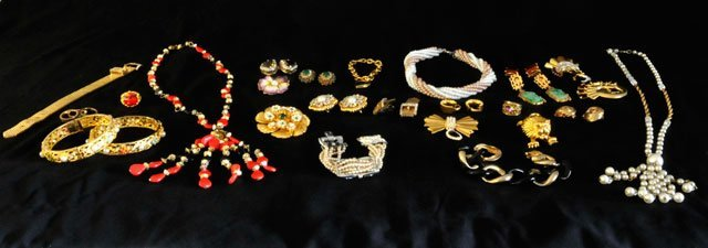 1020: Group lot of costume jewelry