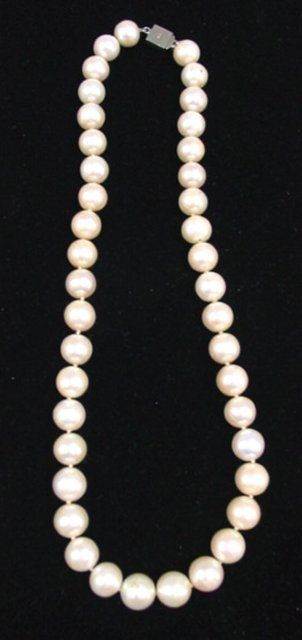 1025: String of pearls with silver clasp