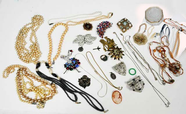 1006: Group lot of costume jewelry