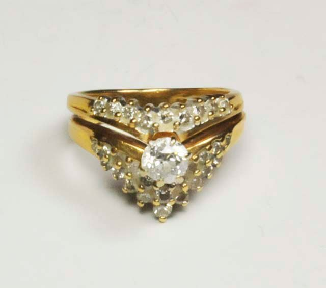 1013: 14kt gold diamond ring