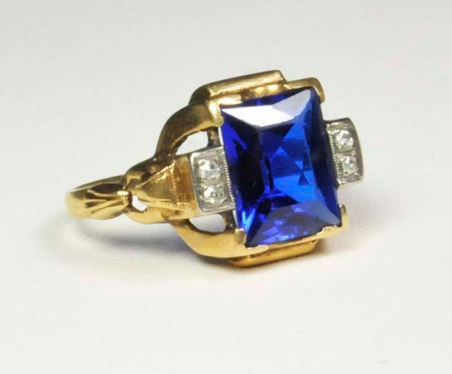 1017: 14kt gold ring with blue topaz