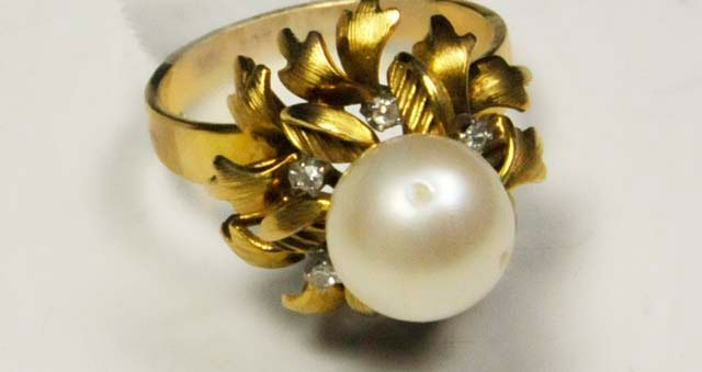 1018: 14kt gold ring with pearl & diamond chips