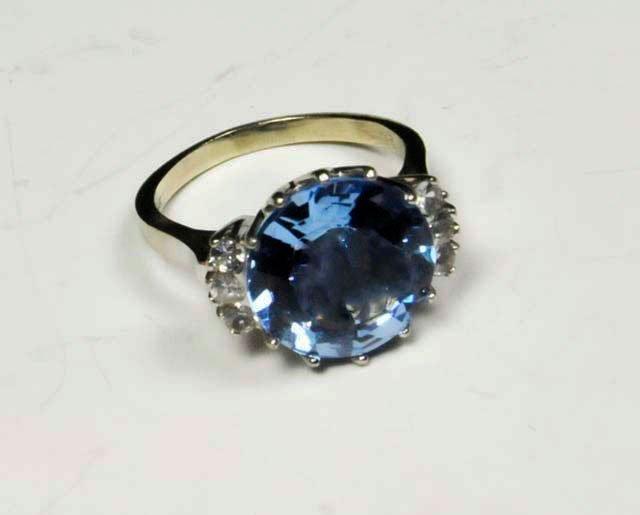 1020: 14kt white gold & blue stone ring