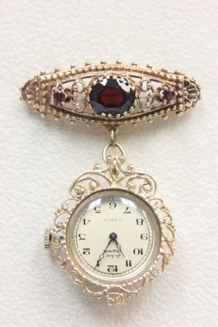 1018: 14kt gold brooch watch