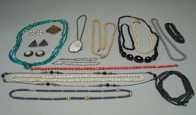 1019: Lot of costume jewelry