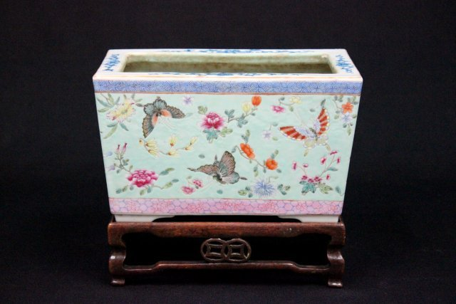 2029: Chinese porcelain planter on wood stand