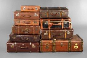 Zehn Antike Reisekoffer