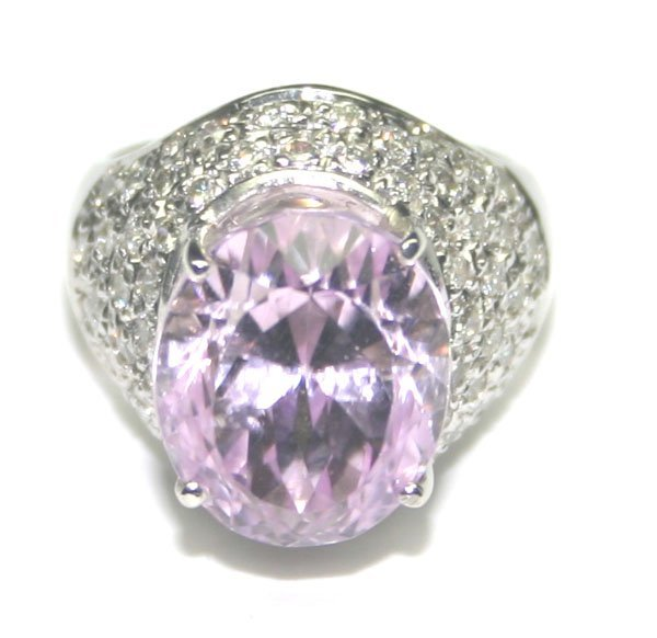 5019: 12 CT DIAMOND & KUNZITE 13.20GR 18KT GOLD RING.