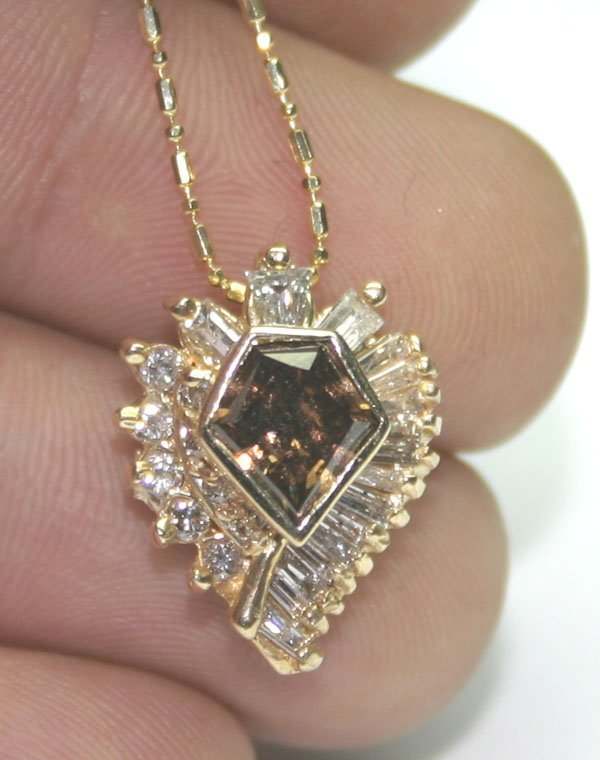 1002: 2,CT DIAMOND 7GR 14 KT GOLD PENDANT.