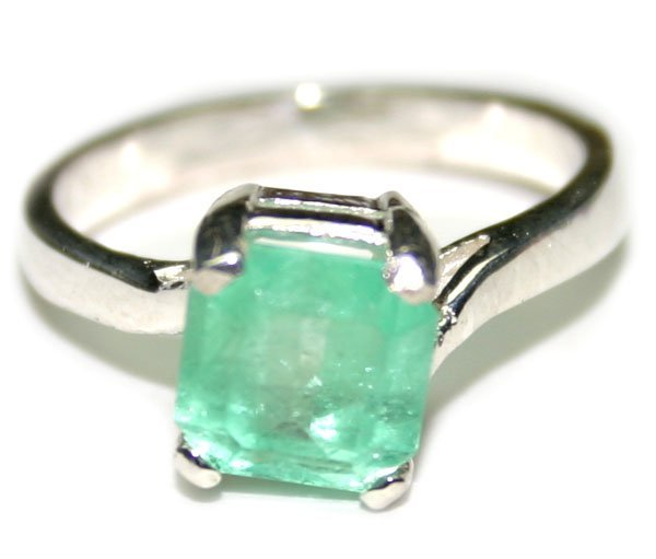 5313: 2. CT NATURAL EMERALD  SILVER  RING .