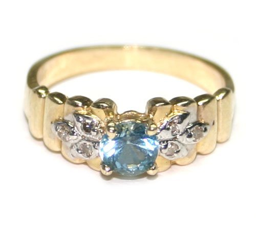 4000: 0.30 CT DIAMOND & BLUE TOPAZ 14KT GOLD RING.