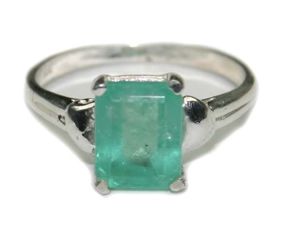 1665: 3.CT NATURAL EMERALD SILVER RING.