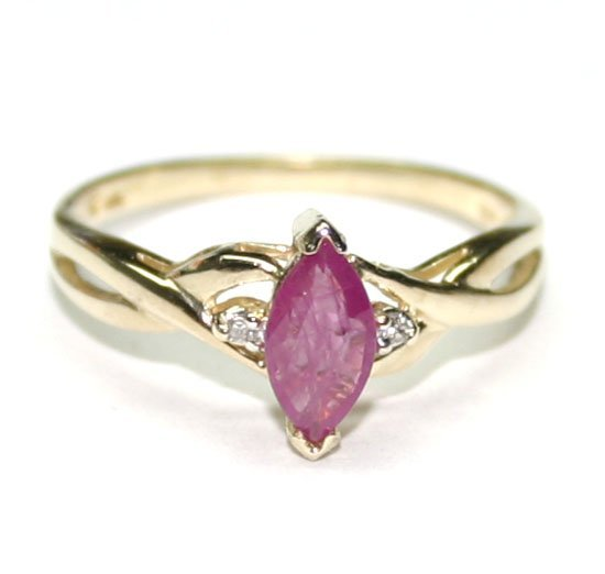 4023: 0.50 CT DIAMOND & RUBY 10KT GOLD RING .