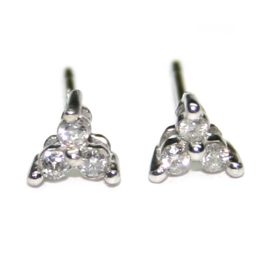 1002: 0.20 CT DIAMOND GOLD STUD EARRINGS.
