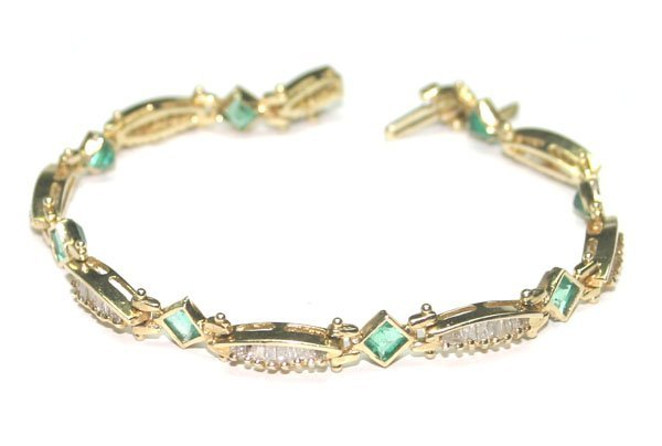 1505: 4,CT DIAMOND & EMERALD  10.50 GR 14KT GOLD BRACEL