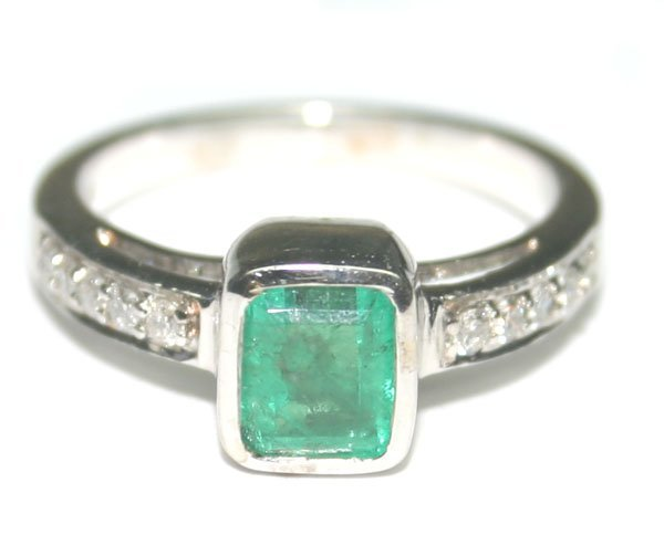 3627: 1.50 CT DIAM & EMERALD 4.40 GR 14kt GOLD RING.
