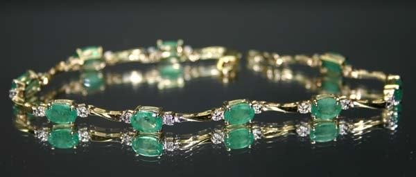3004: 9.CT DIA & EMERALD  GOLD BRACELET.